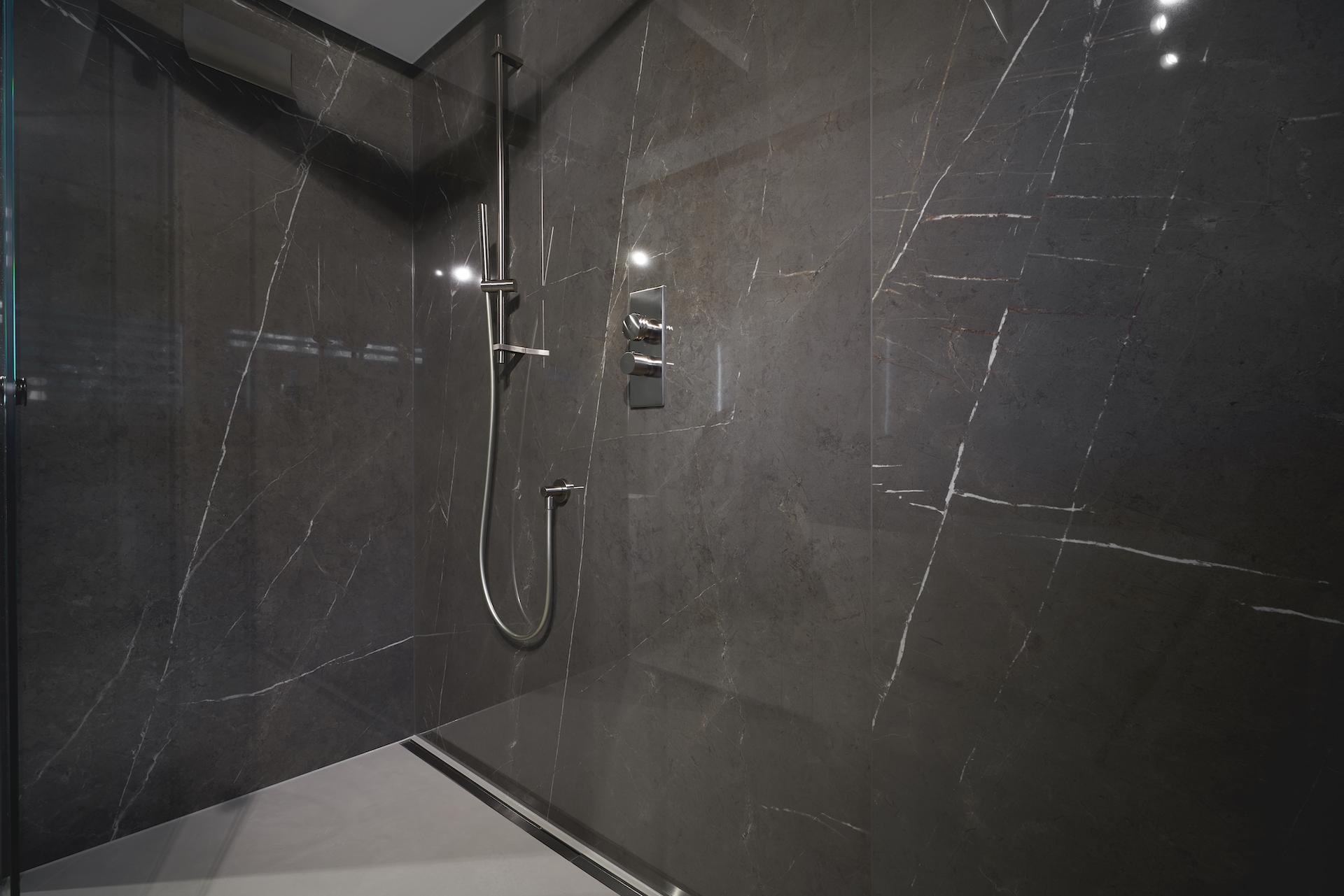 Haus am See - Exklusives Badezimmer mit großformatigen Fliesen | Raumwerk - Adrian Wojciechowski